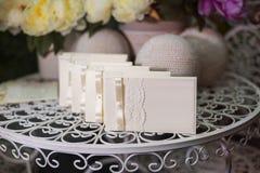 Festliche Hochzeitseinladung in einer leichten Art auf einem Hintergrund Stockfotografie