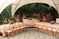 Festliche Hochzeitstafelkerzenblumen Stockfotos