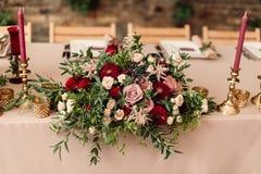 Festliche Hochzeitstafelkerzenblumen Lizenzfreie Stockfotos