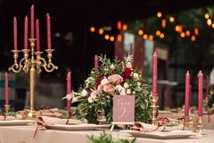 Festliche Hochzeitstafelkerzenblumen Lizenzfreie Stockbilder