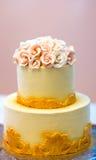 Festliche Hochzeitstorte mit Blumen, gelb-orangee Blumen, Koje, schön, leicht Lizenzfreie Stockbilder