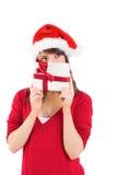 Festliche junge Frau, die ein Geschenk hält Lizenzfreies Stockfoto