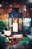 Festliche Kerzen, Cinnamons, Kiefernkegel in der Weihnachtszusammensetzung Stockbild
