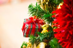 Festliche Kiefernweiße weihnacht dekorativ mit Geschenkbox auf Weihnachtsbaum Stockfotografie