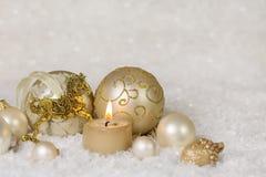 Festliche klassische Weihnachtsdekoration im Weiß und Gold mit ho Lizenzfreies Stockfoto