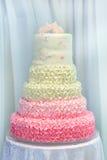 Festliche Kuchen auf Anzeige an einem Hochzeitsempfang Lizenzfreies Stockfoto