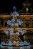 Festliche Lichter und Weihnachtsbaum im Marktplatz Stockbilder