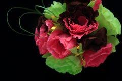 Festliche Papierblumenzusammensetzung auf dem schwarzen Hintergrund Draufsicht, Kopienraum stockfotos