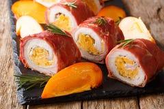 Festliche Rolle von Schweinefleisch gebacken im Prosciutto und mit Persimone- und Käsenahaufnahme angefüllt horizontal lizenzfreie stockfotografie