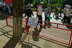Festliche Säule übersetzt vom russischen ` am 1. Mai - Tag von Arbeitskräfte ` solidarität ` vor dem hintergrund des Maifeiertag  Lizenzfreies Stockbild