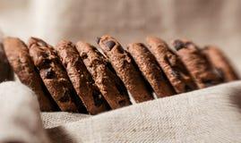 Festliche Schokoladenplätzchen auf Leinengewebehintergrund lizenzfreies stockbild
