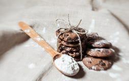 Festliche Schokoladenplätzchen auf Leinengewebehintergrund lizenzfreie stockfotos