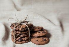 Festliche Schokoladenplätzchen auf Leinengewebehintergrund stockbilder
