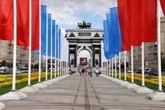 Festliche Straße zum Triumphbogen gezeichnet mit Feiertags-Flaggen Lizenzfreies Stockfoto