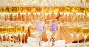 Festliche Tabelle an einem Bankett der Hochzeit - Champagnergläser Lizenzfreie Stockfotografie