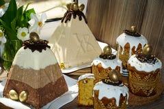 Festliche Tabelle f?r Ostern Viele Ostern-Kuchen vom Klumpenteig verziert mit Schokoladen- und Schokoladenwachteleiern, lizenzfreie stockfotos