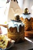 Festliche Tabelle f?r Ostern Viele Ostern-Kuchen vom Klumpenteig verziert mit Schokoladen- und Schokoladenwachteleiern, lizenzfreie stockbilder