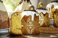 Festliche Tabelle f?r Ostern Viele Ostern-Kuchen vom Klumpenteig verziert mit Schokoladen- und Schokoladenwachteleiern, stockfoto