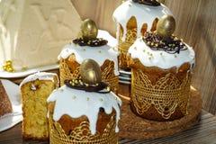 Festliche Tabelle f?r Ostern Viele Ostern-Kuchen vom Klumpenteig verziert mit Schokoladen- und Schokoladenwachteleiern, stockbild
