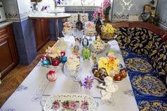 Festliche Tabelle mit Ostern-Kuchen stockfotos