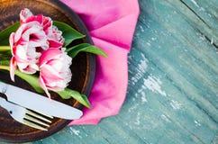 Festliche Tabelle stellte für Mutter ` s Tag oder Geburtstag ein Stockfotos