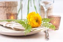 Festliche Tabelleneinstellung mit Blumen Stockfoto