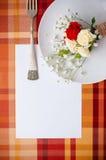 Festliche Tabelleneinstellung mit Blumen und Weinlesetonware, Karte te Stockbilder