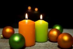 Festliche Weihnachtsdekoration in Grünem und in Orange Stockbild