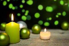 Festliche Weihnachtsdekoration in Grünem und in weißem Stockfotos