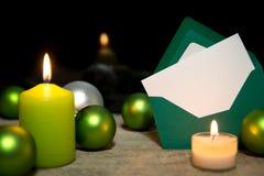 Festliche Weihnachtsdekoration in Grünem und in weißem Stockbilder