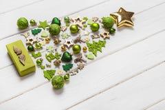 Festliche Weihnachtsdekoration in hellgrüner, weißer und goldener Co stockfotografie