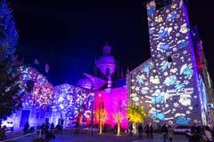 Festliche Weihnachtsdekorationen auf Fassaden von Gebäuden in Como, I lizenzfreie stockfotografie