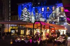Festliche Weihnachtsdekorationen auf Fassaden von Gebäuden in Como, I stockbild