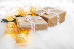Festliche Weihnachtsgeschenke mit Dekoration beleuchtet im Fauxpelz Lizenzfreies Stockbild