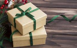 Festliche Weihnachtsgeschenke mit grünem Band und Verzierungen auf wo Lizenzfreie Stockfotografie