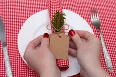 Festliche Zusammensetzung mit Kerzen und Platten Die Serviette auf der Platte A Lizenzfreie Stockfotografie