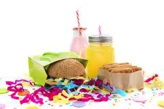Festliche Zusammensetzung trinkt gesättigte Farben der Snackfeiertagshamburgerplätzchenlamettakonfetti-Geschenkbox Cocktail Stockfoto