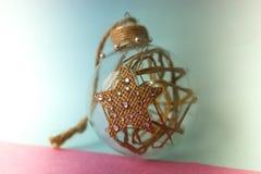 Festlicher Ball kleines der Runde transparentes der Weinlese selbst gemachtes intelligentes Hippie dekoratives Glasweihnachtsweih lizenzfreies stockbild