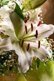 Festlicher Blumenstrauß von Lilien in den roten und weißen Farben lizenzfreie stockbilder