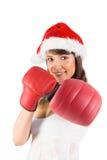 Festlicher Brunette, der mit Boxhandschuhen locht Lizenzfreie Stockfotografie
