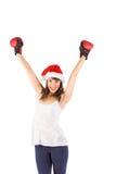 Festlicher Brunette, der mit Boxhandschuhen zujubelt Stockbild