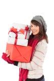 Festlicher Brunette, der Stapel von Geschenken hält Lizenzfreies Stockbild