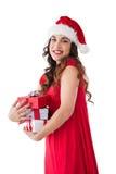 Festlicher Brunette, der Stapel von Geschenken hält Stockfoto