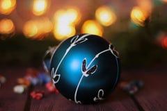 Festlicher dekorativer blauer Flitter auf Weihnachtsbaum Lizenzfreies Stockfoto