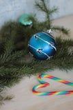 Festlicher dekorativer blauer Flitter auf Weihnachtsbaum Stockfoto