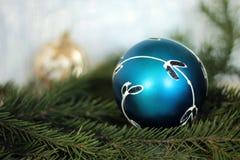 Festlicher dekorativer blauer Flitter auf Weihnachtsbaum Stockfotografie