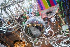 Festlicher Discoball und Weihnachtsdekor Stockfoto