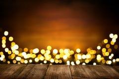 Festlicher hölzerner Hintergrund mit funkelnden Lichtern Lizenzfreie Stockfotografie