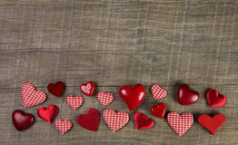 Festlicher hölzerner Hintergrund mit rotem Weiß überprüfte Herzen auf chri Lizenzfreies Stockfoto