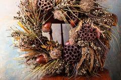 Festlicher Herbstkranz mit Eicheln und Fallblättern stockbild